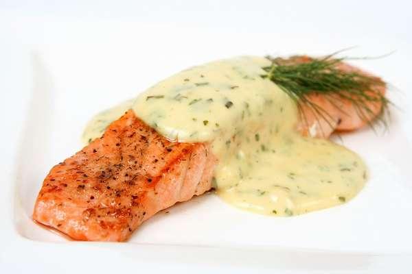 Рыба с белым соусом