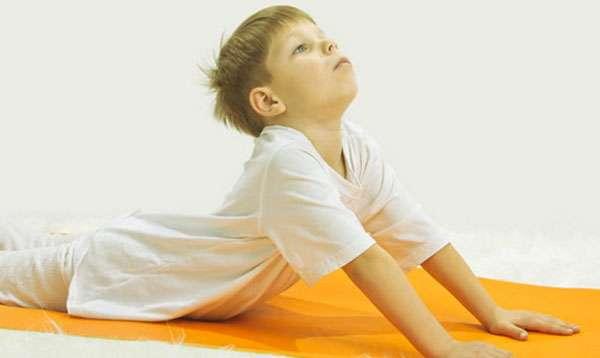 мальчик делает упражнение