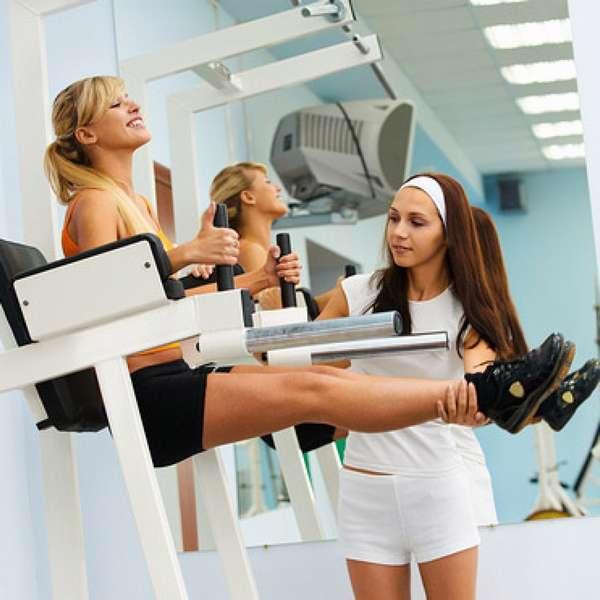 Тренировка в тренажерном зале для девушек для похудения.