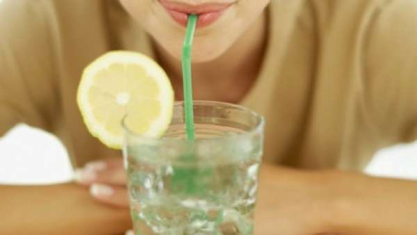 После пробуждения необходимо выпить воду с лимоном