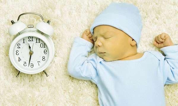 грудничок лежит и часы