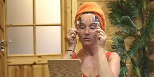 женщина делает массаж ложками