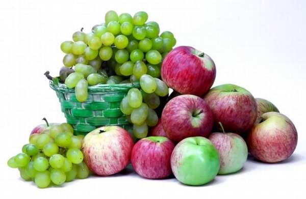 Виноград и свежие яблоки