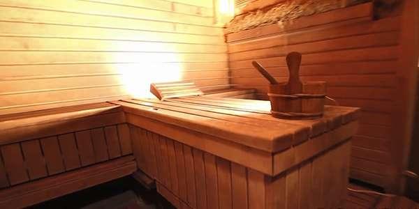 лежак и ведро в баньке