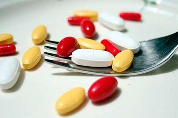 таблетки и вилка