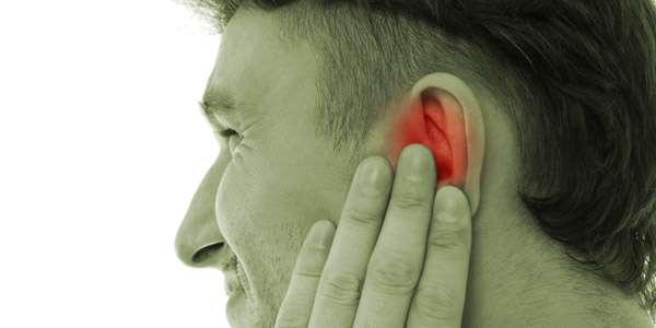 мужчина заложило левое ухо