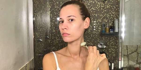 девушка делает массаж нефритовым валиком