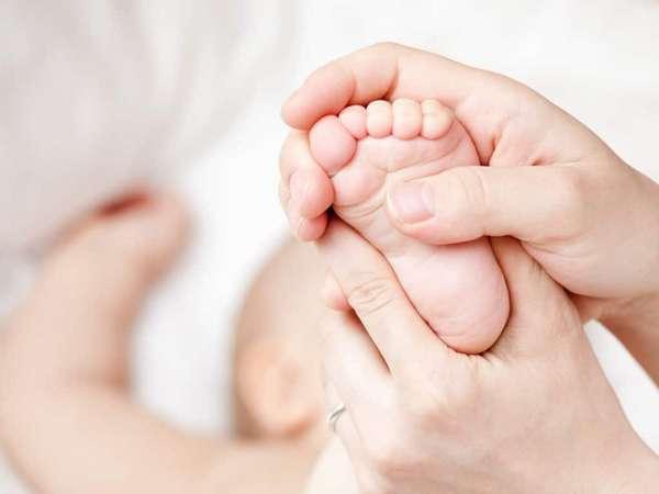 Массаж ног у младенца