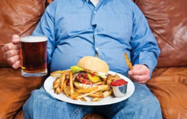 Увлечение фаст-фудом и пивом провоцирует накопление жира на животе