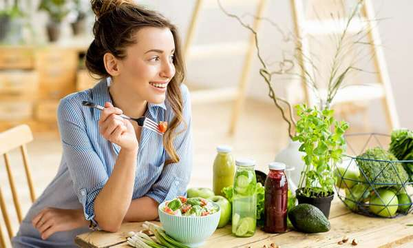 Употреблять пищу медленно и без отвлекающих факторов