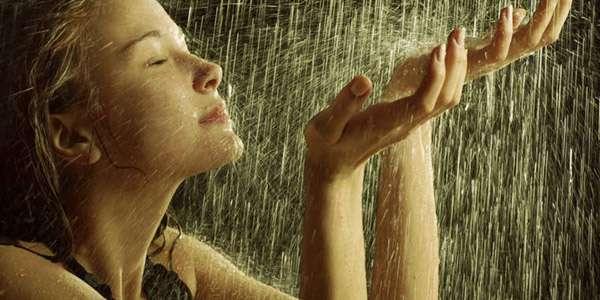 струйки воды на лицо девушки