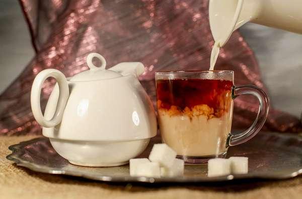 Сладкий чай или кофе с молоком