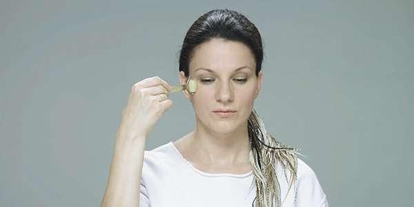 массаж нефритовым валиком возле глаз