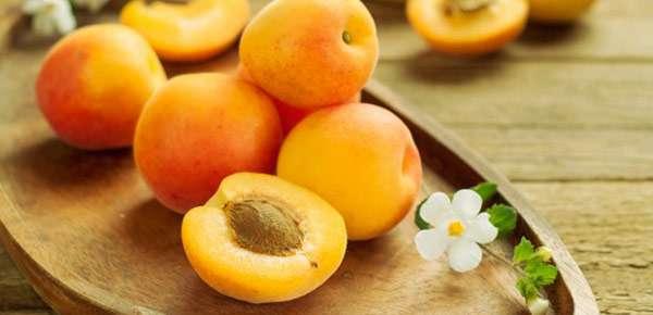 абрикосы на подносе