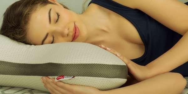 подушка и девушка