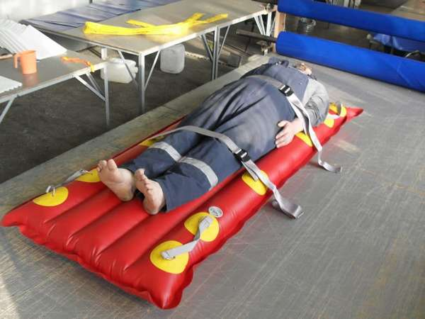 Фиксация пострадавшего на надувных носилках