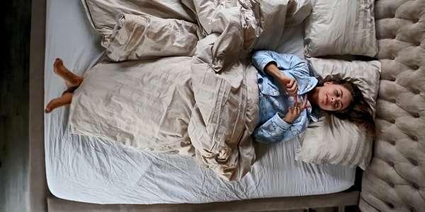 девушка лежит в кроватке