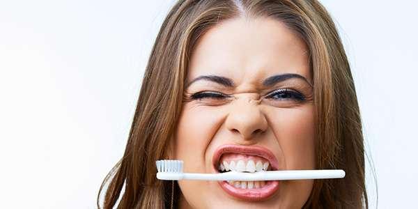 массируем десна зубной щеткой