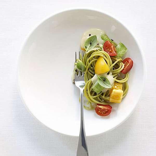 Накладывайте порции с едой в небольшую посуду