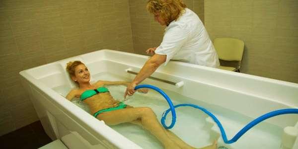 Подводный душ девушке