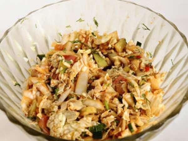 Салат из топинамбура с пекинской капустой и чесноком