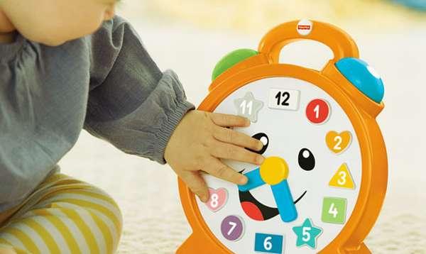 ребенок трогает часы