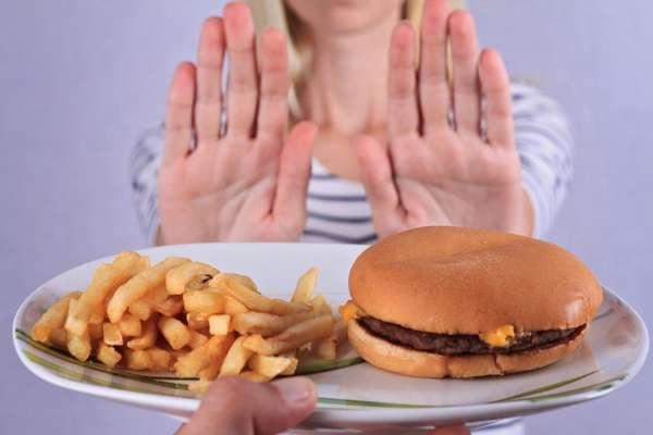 Отказаться от жирной и вредной пищи
