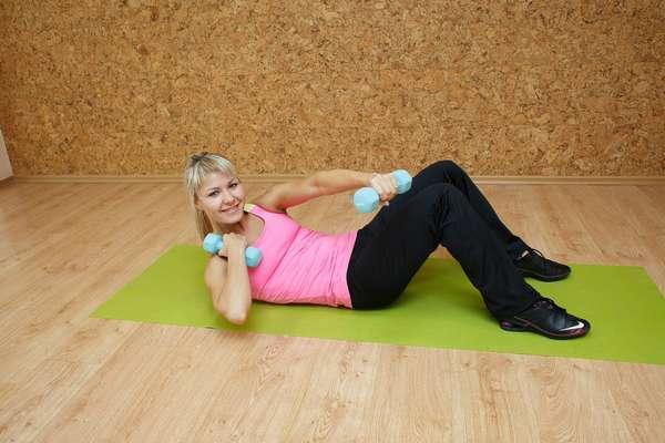 упражнения для живота с гантелями