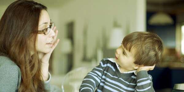 мама с ребенком разговаривает