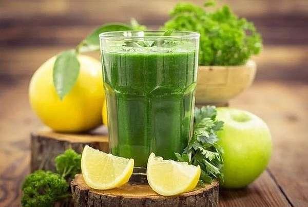 Напиток с лимоном и петрушкой