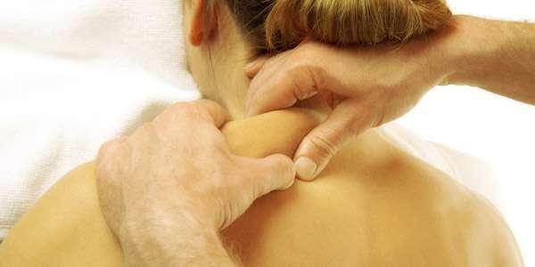 массируют мышцы шеи женщине