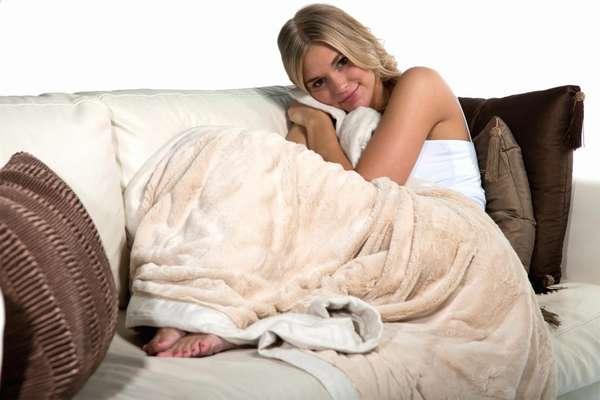 Надеть теплый халат или завернуться в плед и постараться максимально расслабиться