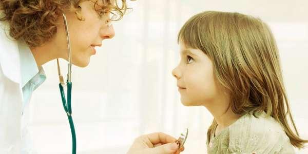 врач слушает девочку при кашле