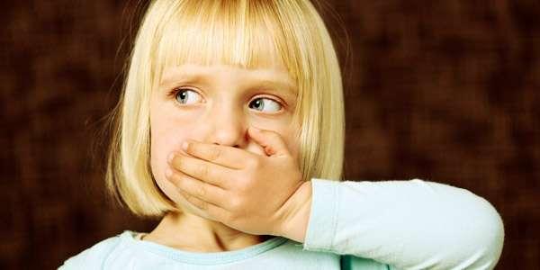 девочка закрывает рот рукой