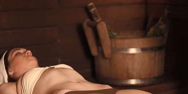 девушка лежит в баньке